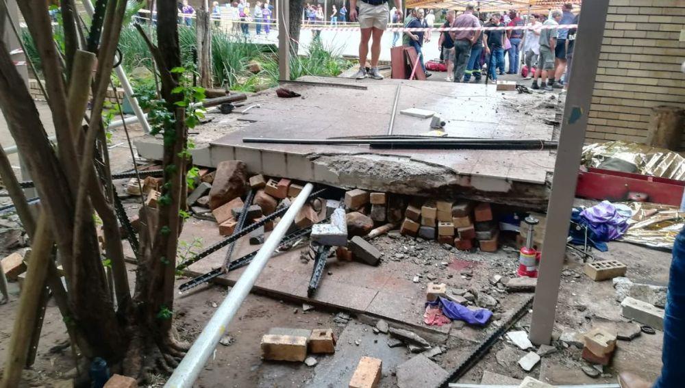 El colegio Hoërskool Driehoek, Sudáfrica, tras el derrumbe de una pasarela