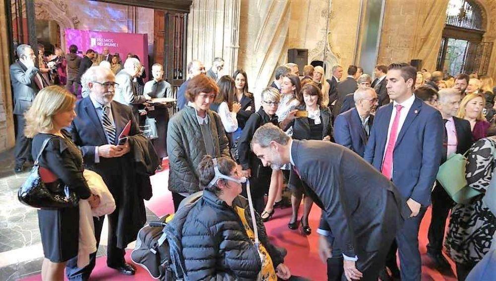 Nieves García, presidenta de ADELA-CV, con el rey Felipe VI en la entrega de los premios Jaume I de la Comunidad Valenciana.