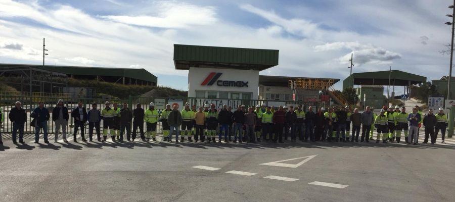 Trabajadores de Cémex, bloqueando los accesos a la fábrica de Lloseta