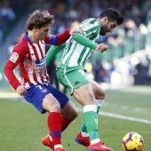 Griezmann y Barragán pelean por un balón en el Villamarín