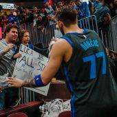 Luka Doncic atiende a los aficionados antes de retirarse a los vestuarios