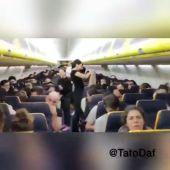 Casi 200 españoles pasan más de siete horas retenidos en un avión en Praga