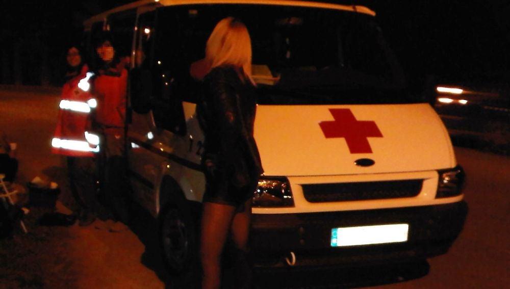 Voluntarios de Cruz Roja atienden a una mujer que ejerce la prostitución en Elche