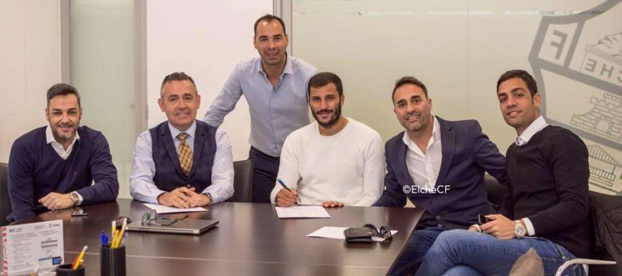 El delantero Yacine Qasmi, acompañado por el director deportivo Jorge Cordero y el presidente Diego García, y sus representantes Ricardo García (i), Curro Montoya y Raúl Sánchez (d), de RG Football.