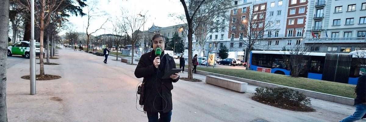 Carlos Alsina durante su paseo por Recoletos