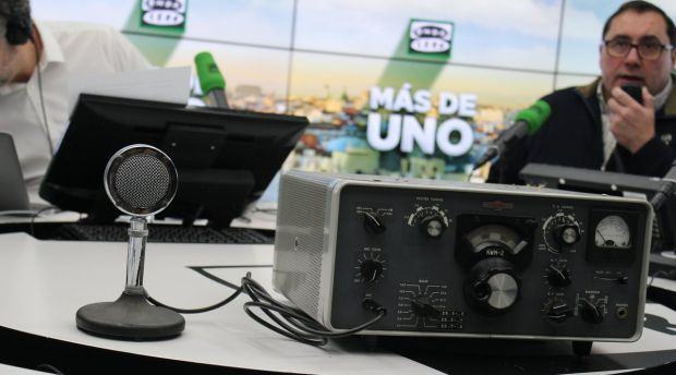 Carlos Alsina se inicia como radioaficionado probando un transceptor en directo