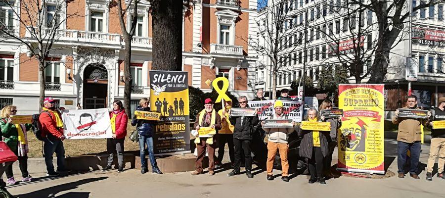 Poco más de una docena de personas se concentran en el Paseo de Recoletos de Madrid por el juicio del 'procés'
