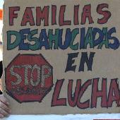 Imagen de archivo: Un hombre sujeta una pancarta durante una manifestación contra los desahucios