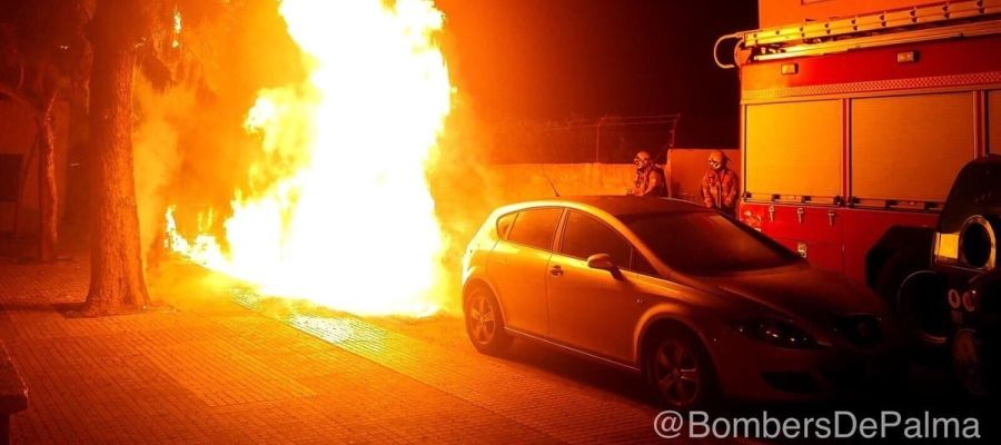 Incendio en cuatro contenedores de Palma, que ha provocado daños en dos vehículos