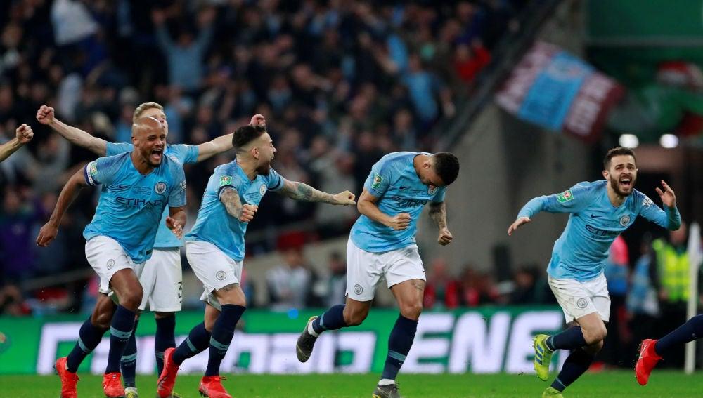 Los jugadores del City explotan de júbilo tras ganar la Copa de la Liga