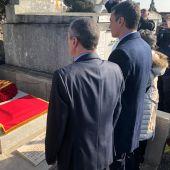 Pedro Sánchez rinde homenaje ante la tumba de Manuel Azaña en el cementerio de Montauban, Francia