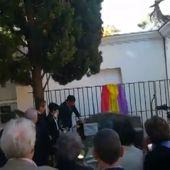 VÍDEO | Pedro Sánchez hace una ofrenda floral en la tumba de Antonio Machado