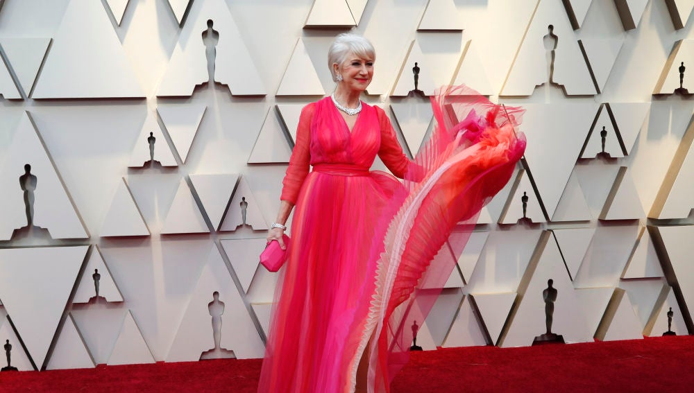 La actriz Helen Mirren con un espectacular vestido rosa
