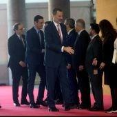 El rey Felipe VI, el presidente del Gobierno, Pedro Sánchez (3i), y el de la Generalitat, Quim Torra