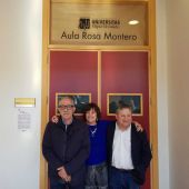 Rosa Montero junto a dos profesores de la UMH en el acceso al aula que da nombre desde este martes