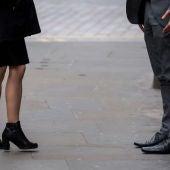 Una mujer y un hombre antes de entrar a trabajar