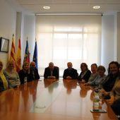 El portanveu de l´equip de govern Javier Serralbo junt altres regidors i les netejadores afectades per la situació amb la seva empresa.