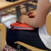 Una alumna en su clase del colegio.