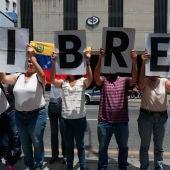 Familiares y amigos de Luis Carlos Díaz pidiendo su libertad