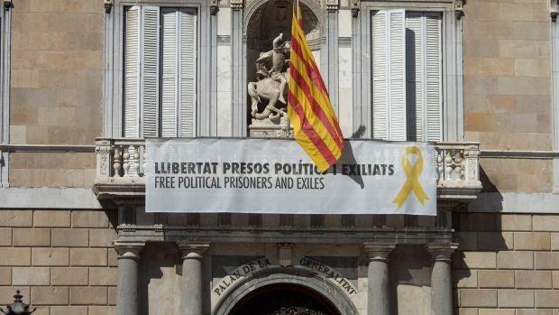 La Delegación del Gobierno de Cataluña informa a la Junta Electoral Central que el Palacio de la Generalitat y 8 consejerías mantienen los lazos amarillos