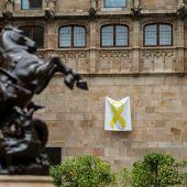 Un lazo amarillo cuelga en el Pati dels Tarongers del Palau de la Generalitat