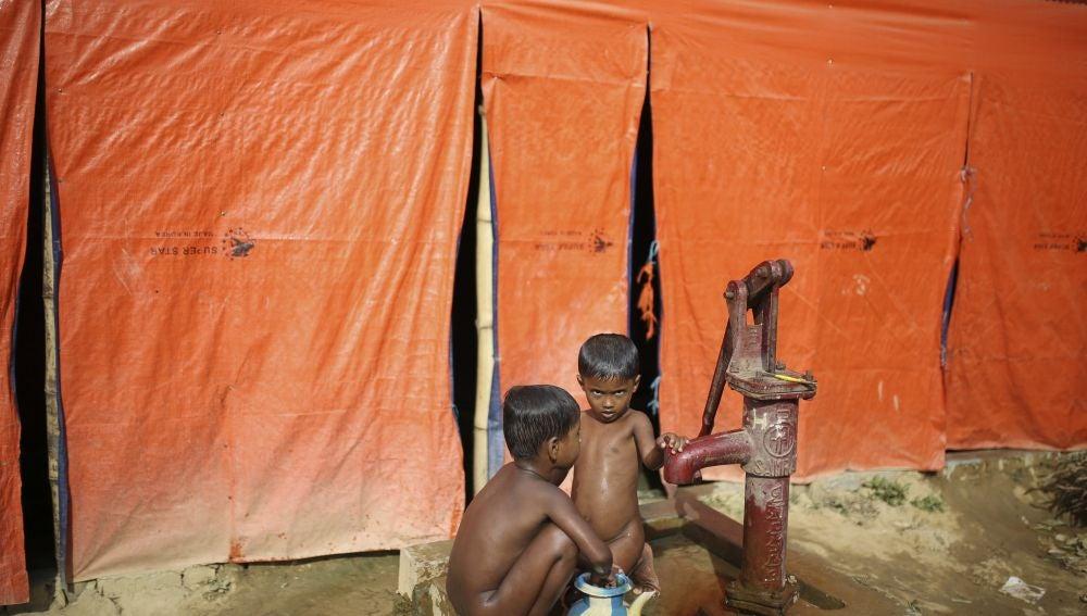 Dos niños rohingya se bañan en el campo de refugiados de Cox's Bazar, en Bangladesh