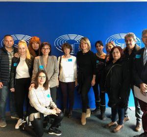La eurodiputada del PP, Rosa Estaràs, en el Parlament Europeo junto con los padres de las víctimas.