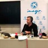 El alumno Pablo Paracuellos entrevistando a Carlos Alsina