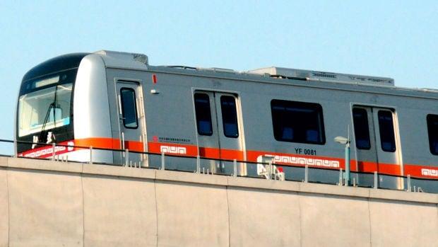 Obligan a una joven a quitarse el maquillaje para entrar en un vagón del metro de China