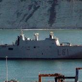"""El portaaviones """"Juan Carlos I"""", buque insignia de la Armada, llega al puerto de Getxo"""