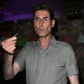 El ilusionista Uri Geller doblando una cuchara