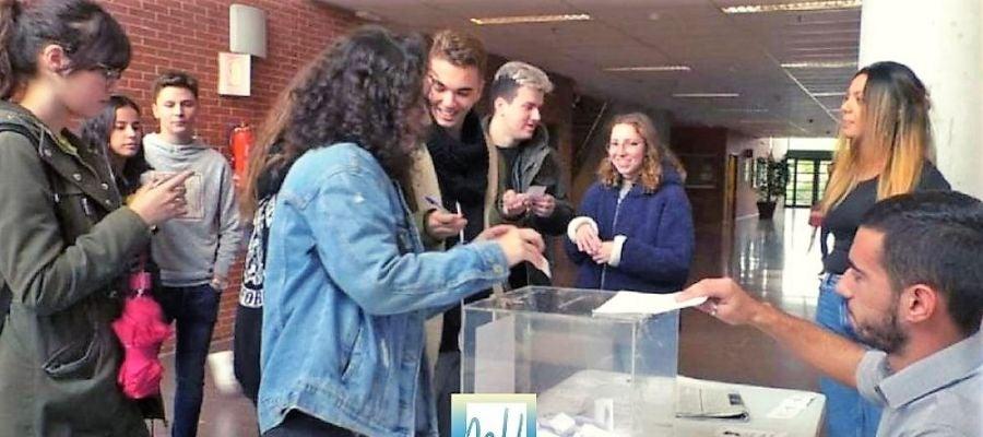 Alumnos votando en las elecciones a Rector de la UMH en el periodo anticipado