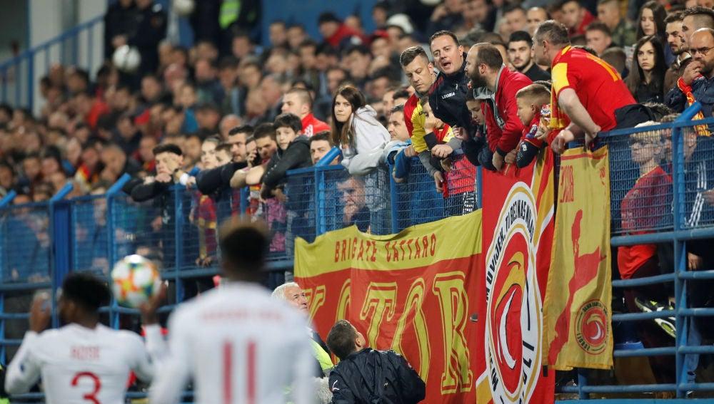 Aficionados de Montenegro increpan a los jugadores ingleses