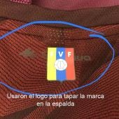 El escudo de Venezuela, sobre el logo de la marca de ropa deportiva 'Quechua'