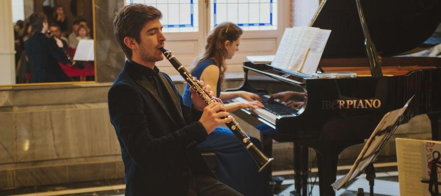 Lorenzo Paini con su clarinete y Lucia Brighenti al piano