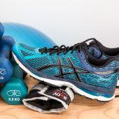 Pesas y zapatillas deporte