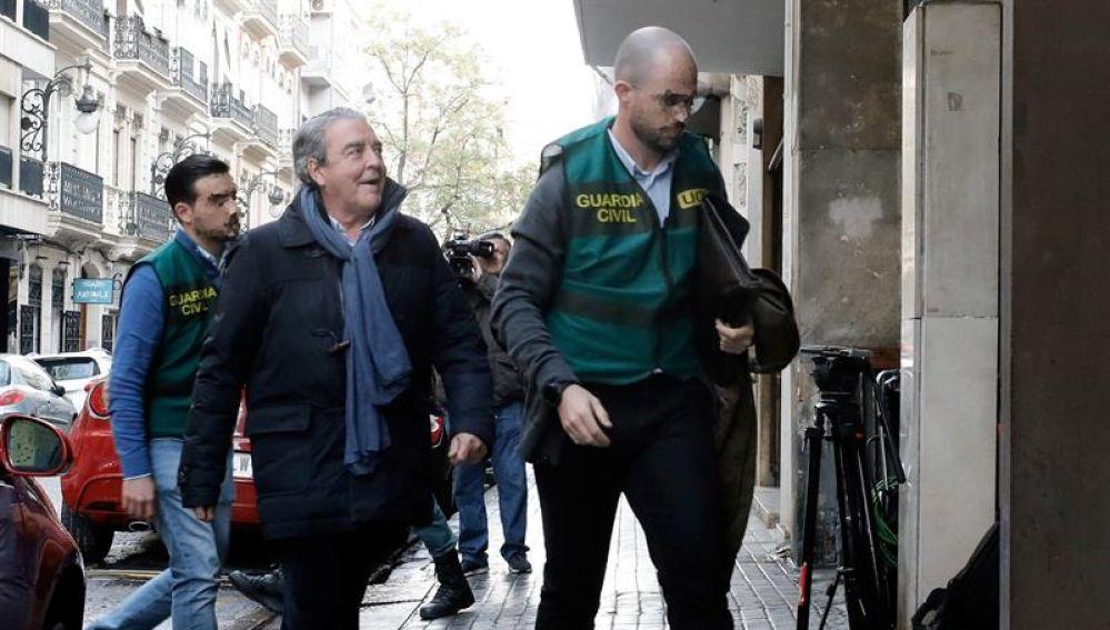 El cuñado de la fallecida Rita Barberá llegando a uno de los registros.