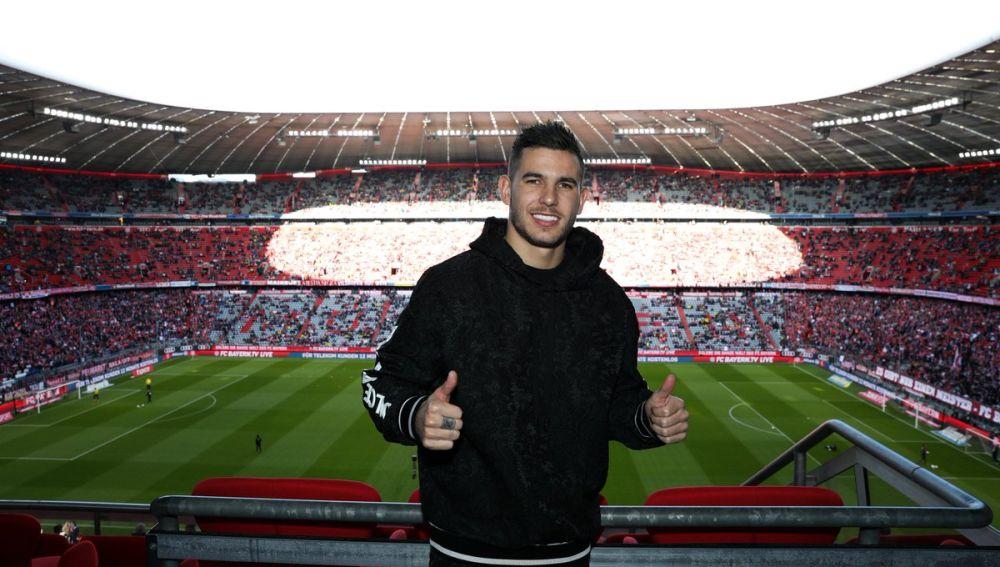 Lucas Hernández posa sonriente en el Allianz Arena