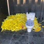 Dejan lazos amarillos y un váter en la vivienda de Albert Donaire