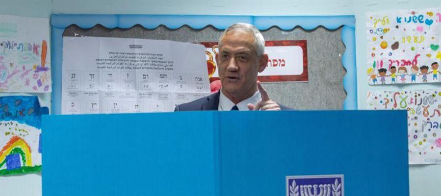 Beni Gantz, el líder de la plataforma centrista Azul y Blanco, ejerce su derecho al voto para las elecciones generales.
