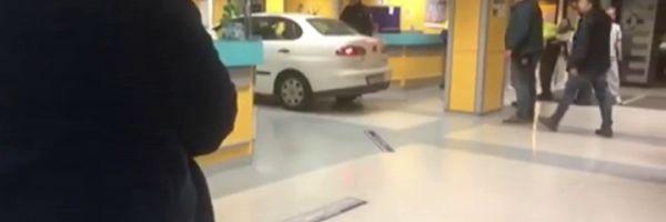 Un hombre empotra su coche en el servicio de urgencias del hospital de Basurto, Bilbao.