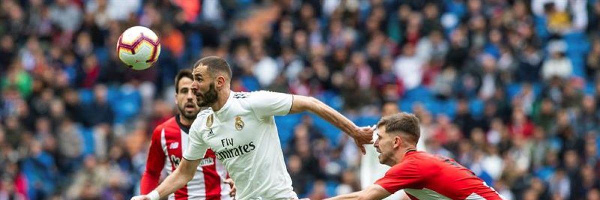 Benzema se lleva un balón ante Yuri y Beñat