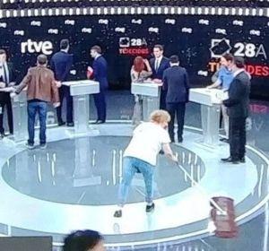Mesa de redacción: La mujer de la mopa del debate en TVE no era lo que parecía