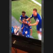 La celebración más incómoda: Higuaín con una seguidora del Chelsea