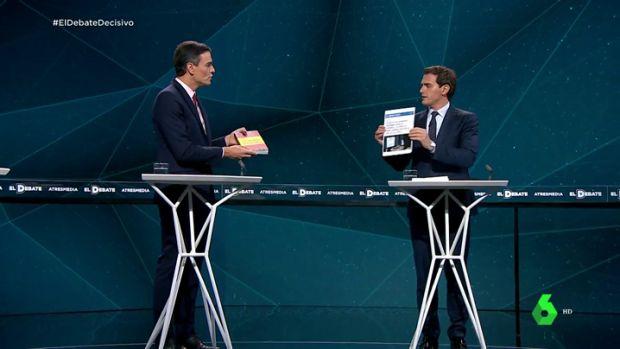 Rivera entrega a Sánchez su tesis doctoral y el líder socialista le responde con un libro de Vox