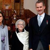 Ida Vitale con los Reyes de España y Carmen Calvo