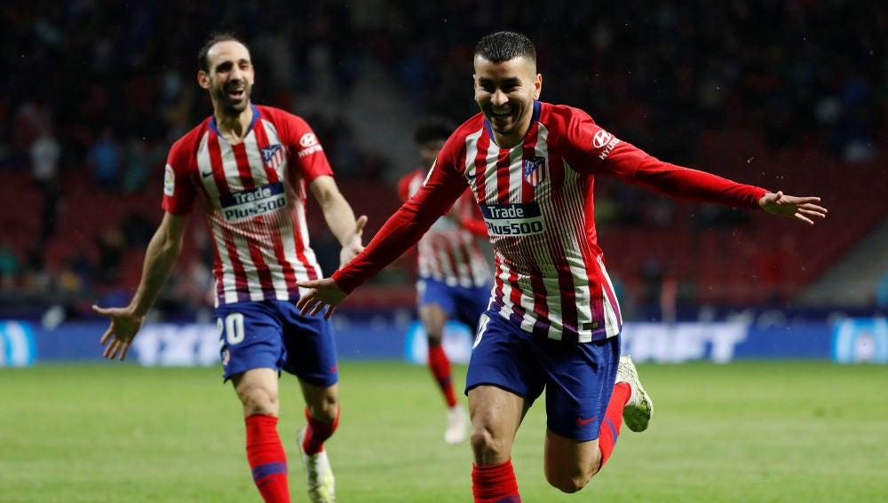 Correa celebra uno de sus goles con el Atlético