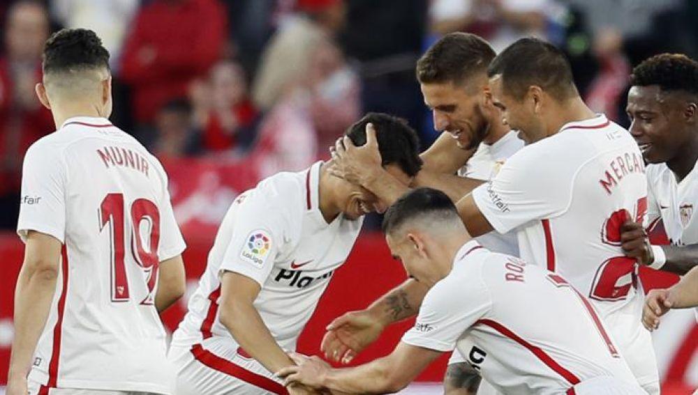 Los jugadores del Sevilla celebra un gol ante el Rayo.