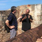 Guillermo Fesser y Juan Vera, director de Arqueología Marina de Puerto Rico, desde el fortín de San Jeronimo del Boquerón