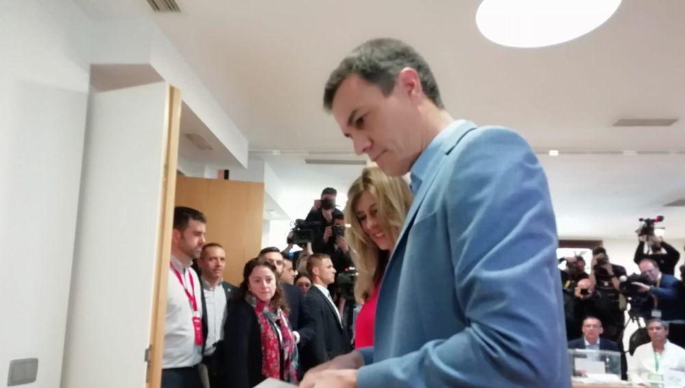 Pedro Sánchez vota en Pozuelo (Madrid)